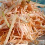 Яблочно-морковный салат с сыром