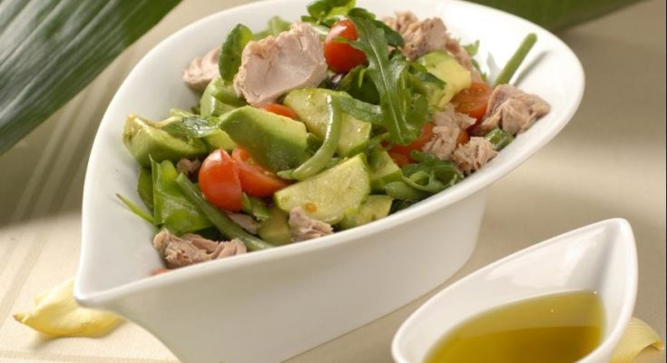 Приготовление салата с тунцом